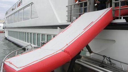 Rampe d'évacuation et ponton gonflable